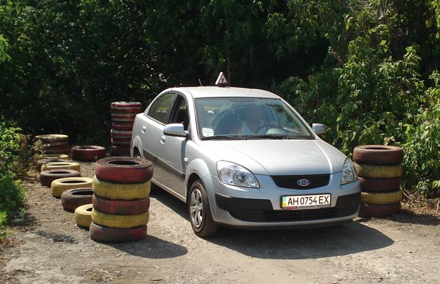 Лучшие автошколы в Донецке тщательно отрабатывают эти элементы со своими учениками при вождении на автодроме.